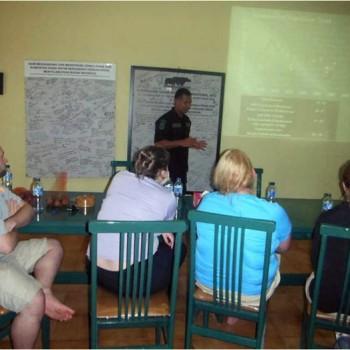 Bapak Manajer Perlindungan Daerah Sumatera sedang menjelaskan hal-hal yang berkaitan dengan perlindungan badak Sumatera, lokasi gambar di Sumatran Rhino Sanctuary, Taman Nasional Way Kambas.