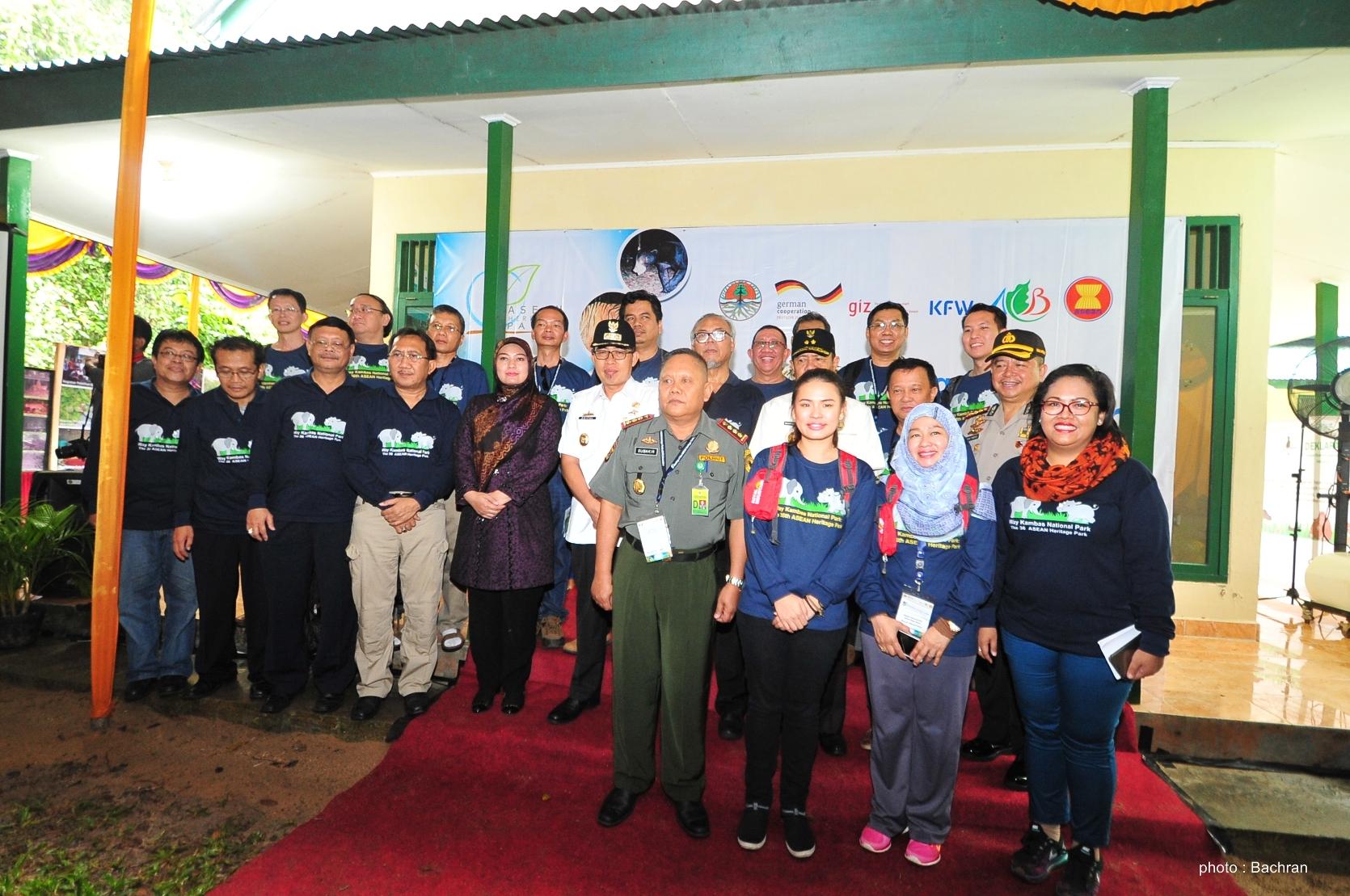 Foto bersama para pejabat dan delegasi AHP