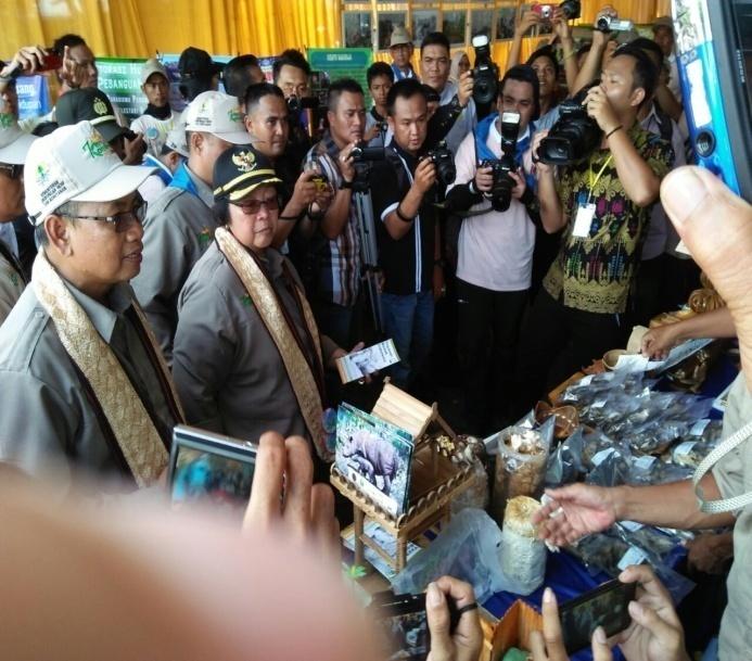 Ibu Menteri mengunjungi stand YABI